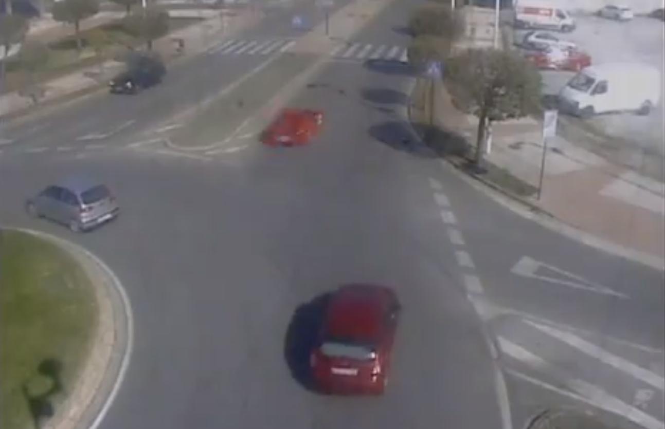 Denunciado un vehículo que hacía trompos y circulaba en sentido contrario por una glorieta de Ponferrada 1