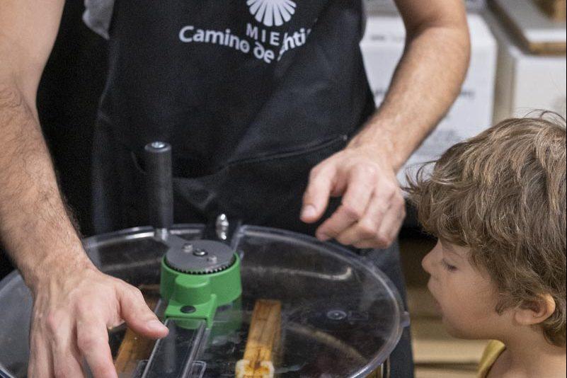 La Miel Camino de Santiago lanza 'Un Pie en El Camino', un programa de apadrinamiento de colmenas 1