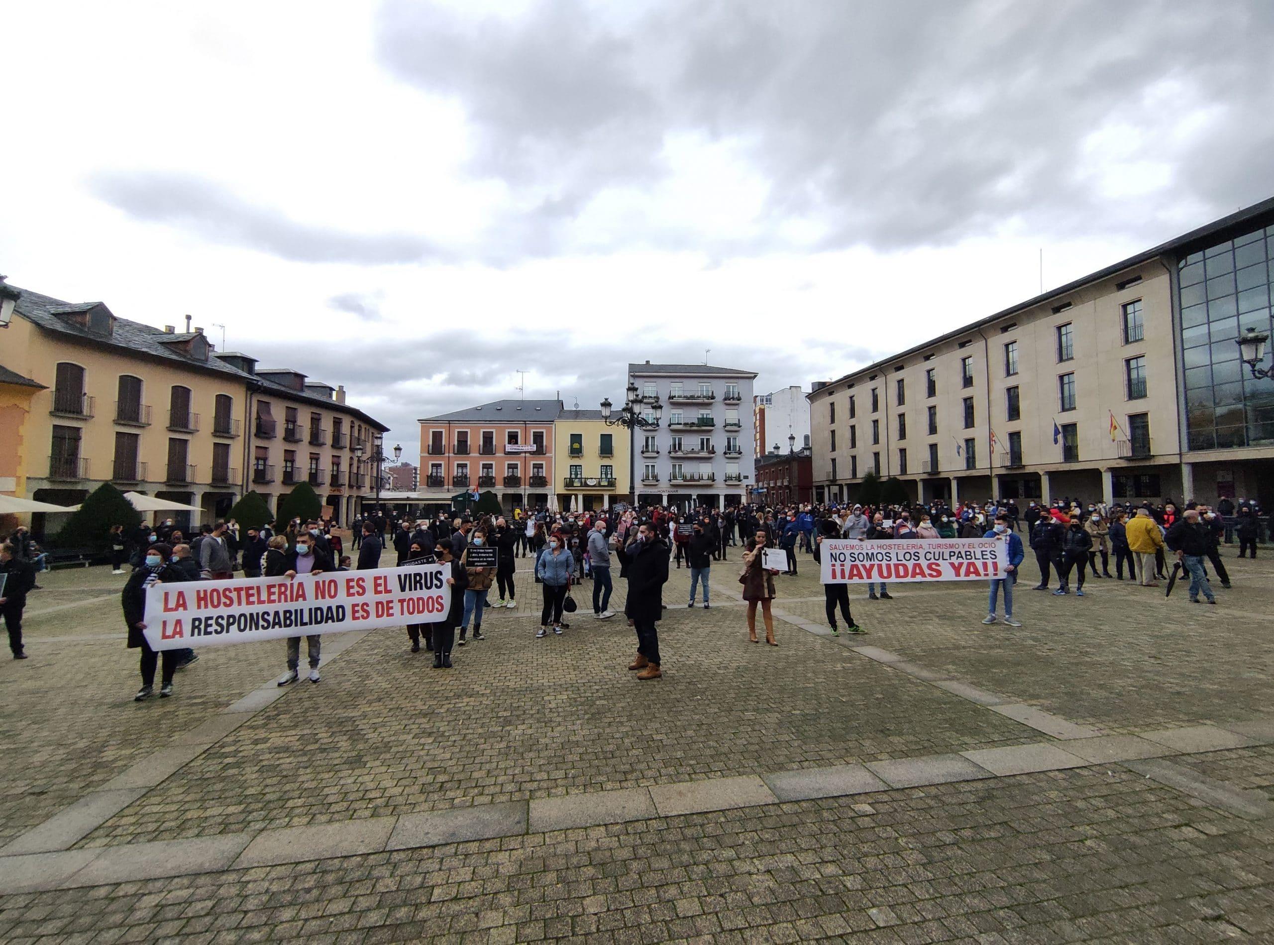 Una convocatoria ciudadana concentra a varios centenares de personas en la Plaza del Ayuntamiento de Ponferrada 4