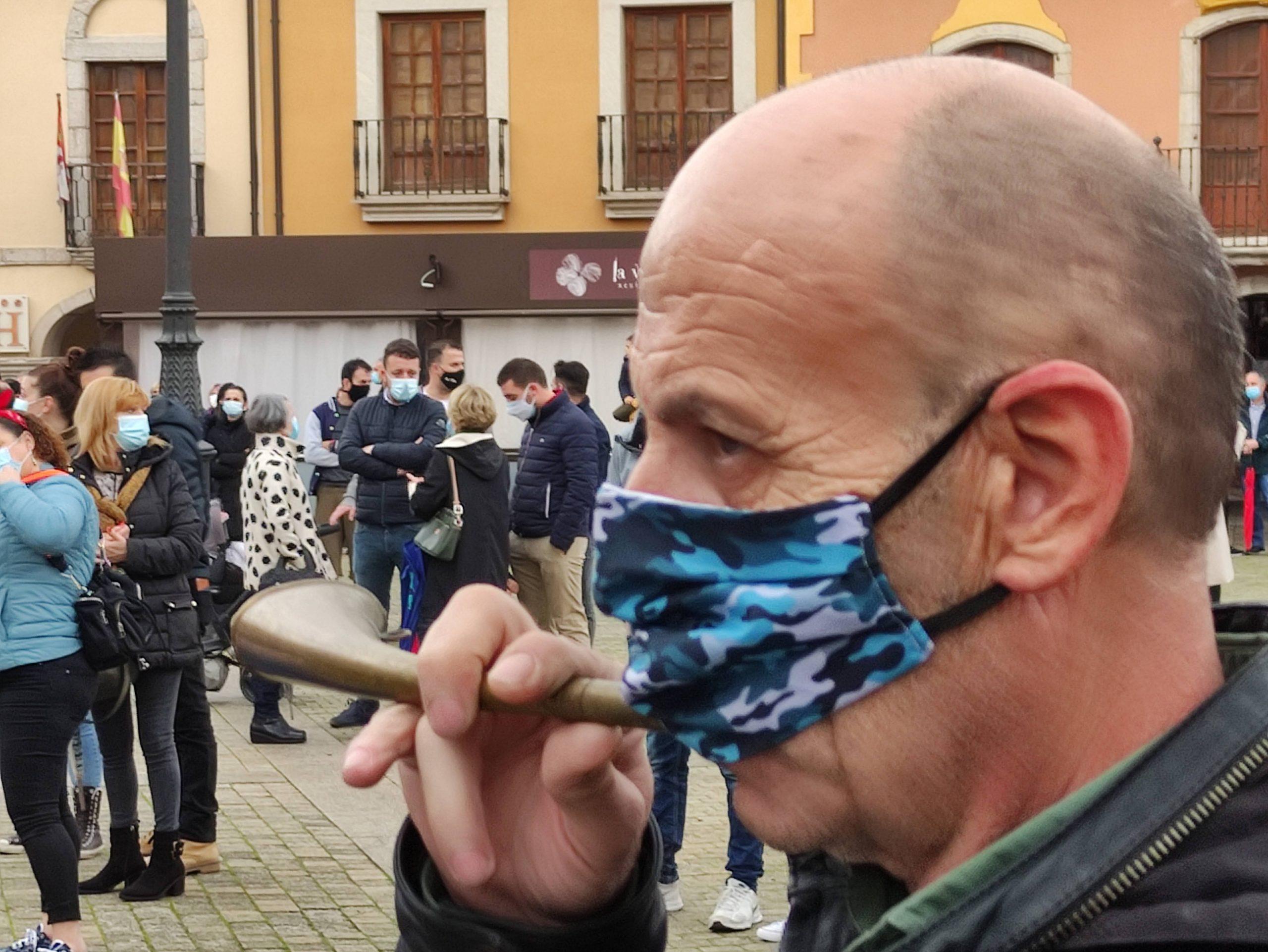 Una convocatoria ciudadana concentra a varios centenares de personas en la Plaza del Ayuntamiento de Ponferrada 2