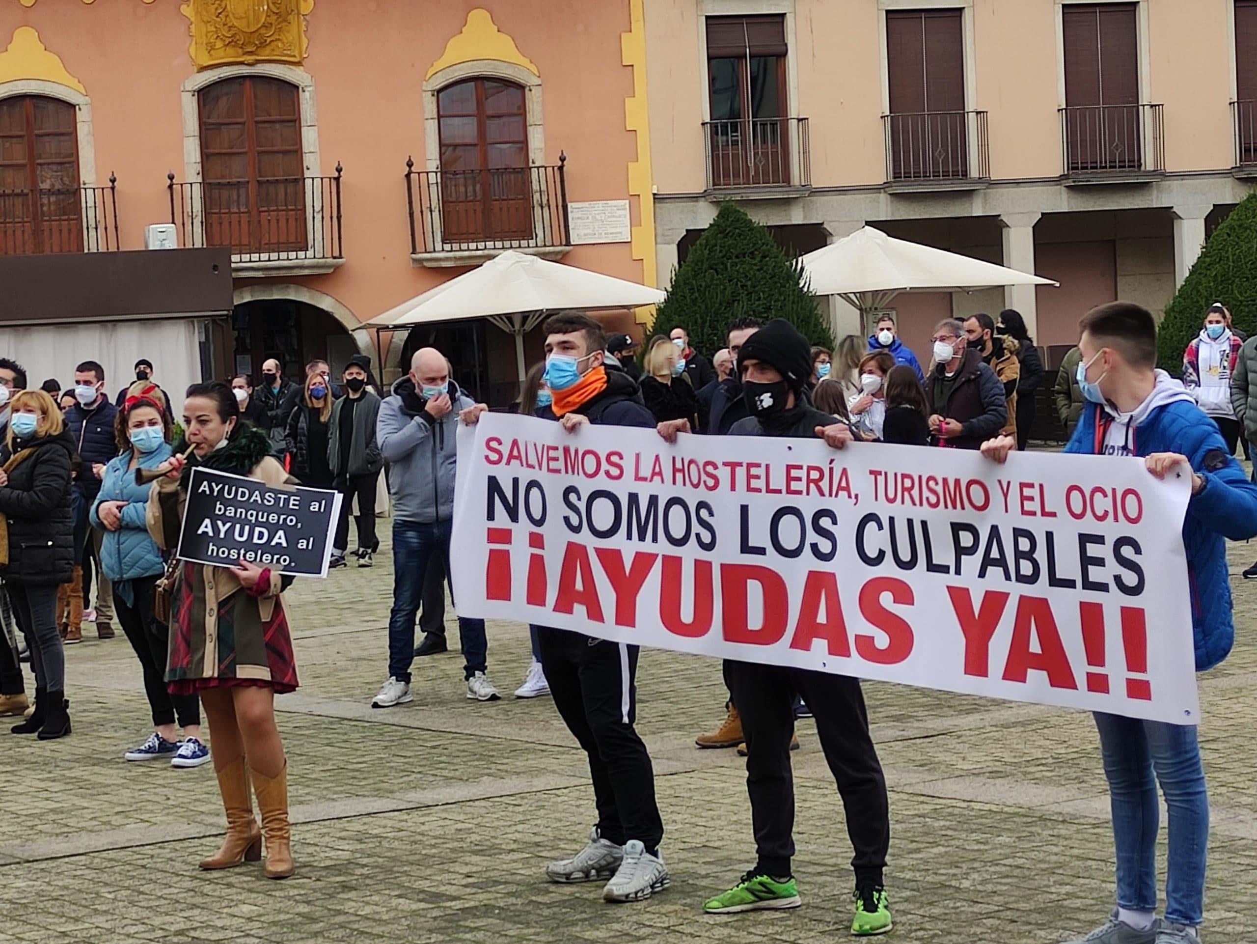 Una convocatoria ciudadana concentra a varios centenares de personas en la Plaza del Ayuntamiento de Ponferrada 5