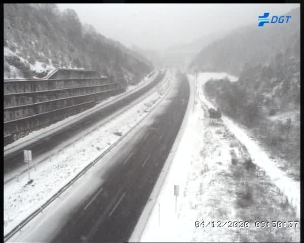 La llegada de la nieve al Bierzo genera los primeros problemas en las carreteras. 3