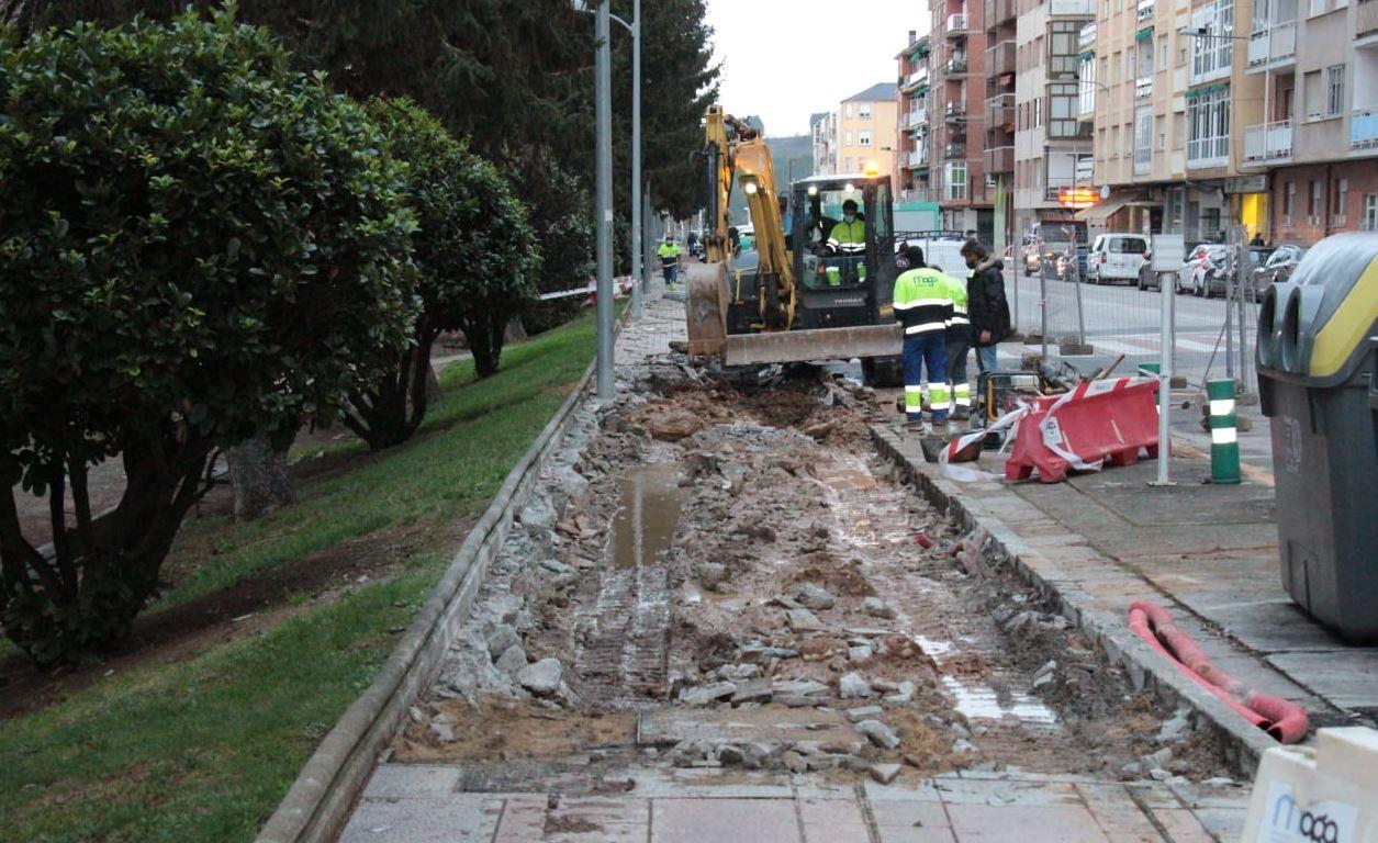 El Ayuntamiento de Ponferrada renueva las aceras contiguas al Parque del Plantío en la Avenida del Bierzo 1