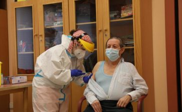 Ignacio de 72 años primer paciente y Donila primera trabajadora en vacunarse del Covid-19 en el Bierzo 2