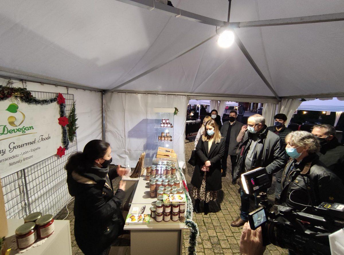 Inaugurado el mercadillo navideño en la plaza del Ayuntamiento de Ponferrada 1