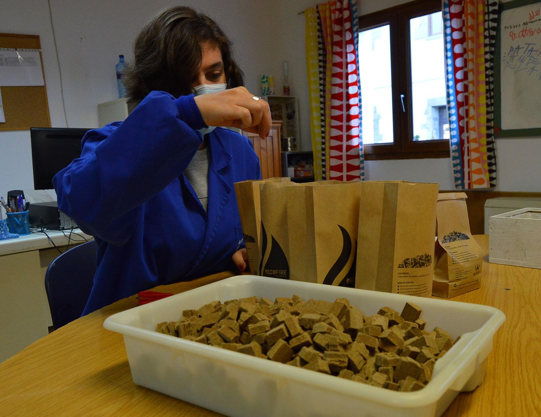 Asprona Bierzo colabora con el innovador proyecto de barbacoas de pellets de la empresa berciana Decofire 1