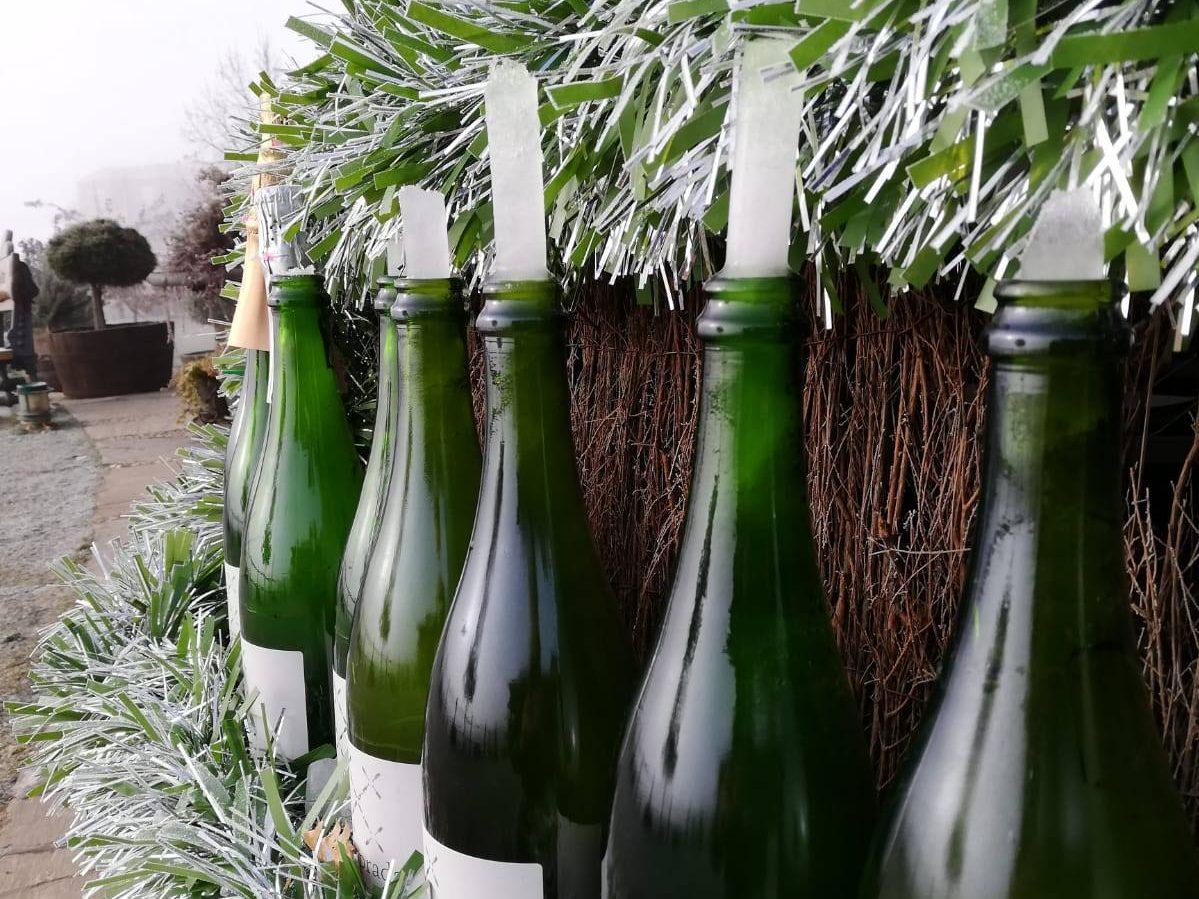 El frío revienta 200 botellas del árbol navideño del Palacio de Canedo 1