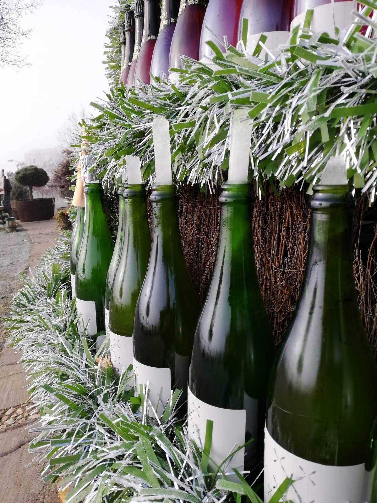 El frío revienta 200 botellas del árbol navideño del Palacio de Canedo 2