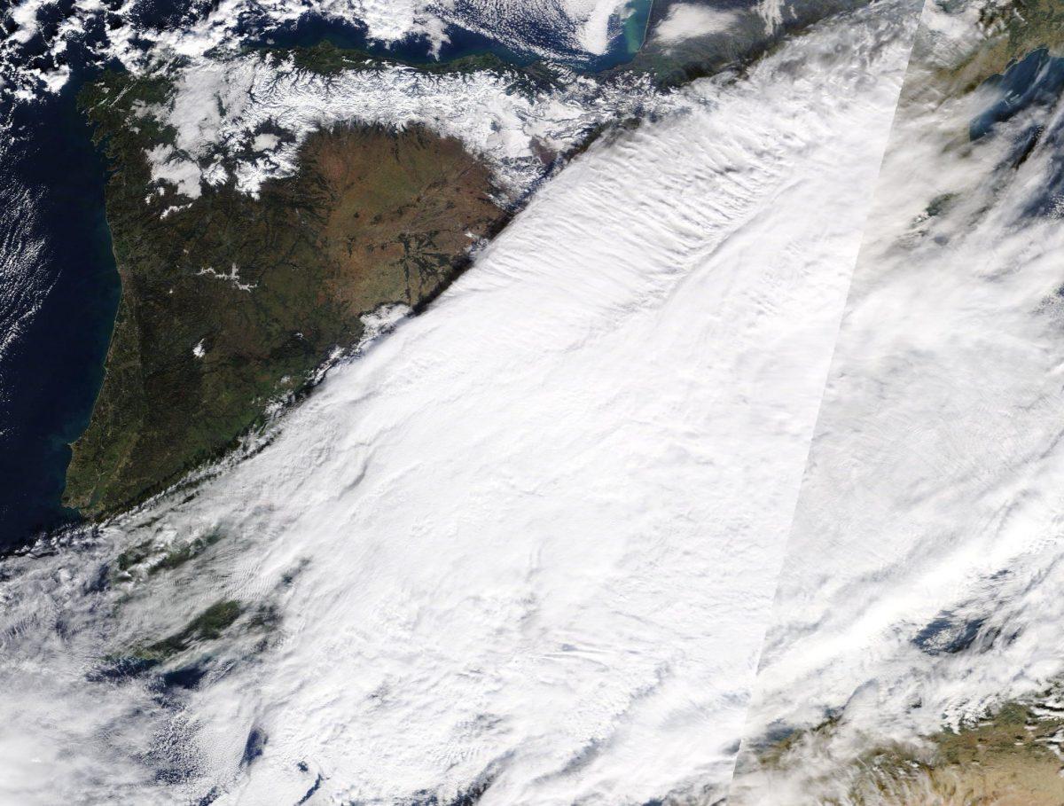 La impresionante imagen de Filomena desde un satélite, que muestra el Bierzo rodeado de nieve y en el centro... la niebla 1