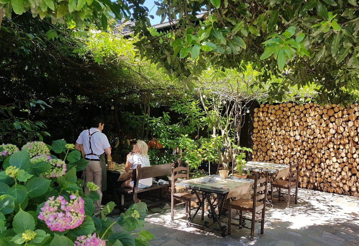 La Moncloa en Cacabelos reabre su cocina para disfrutar en la terraza o recoger 1