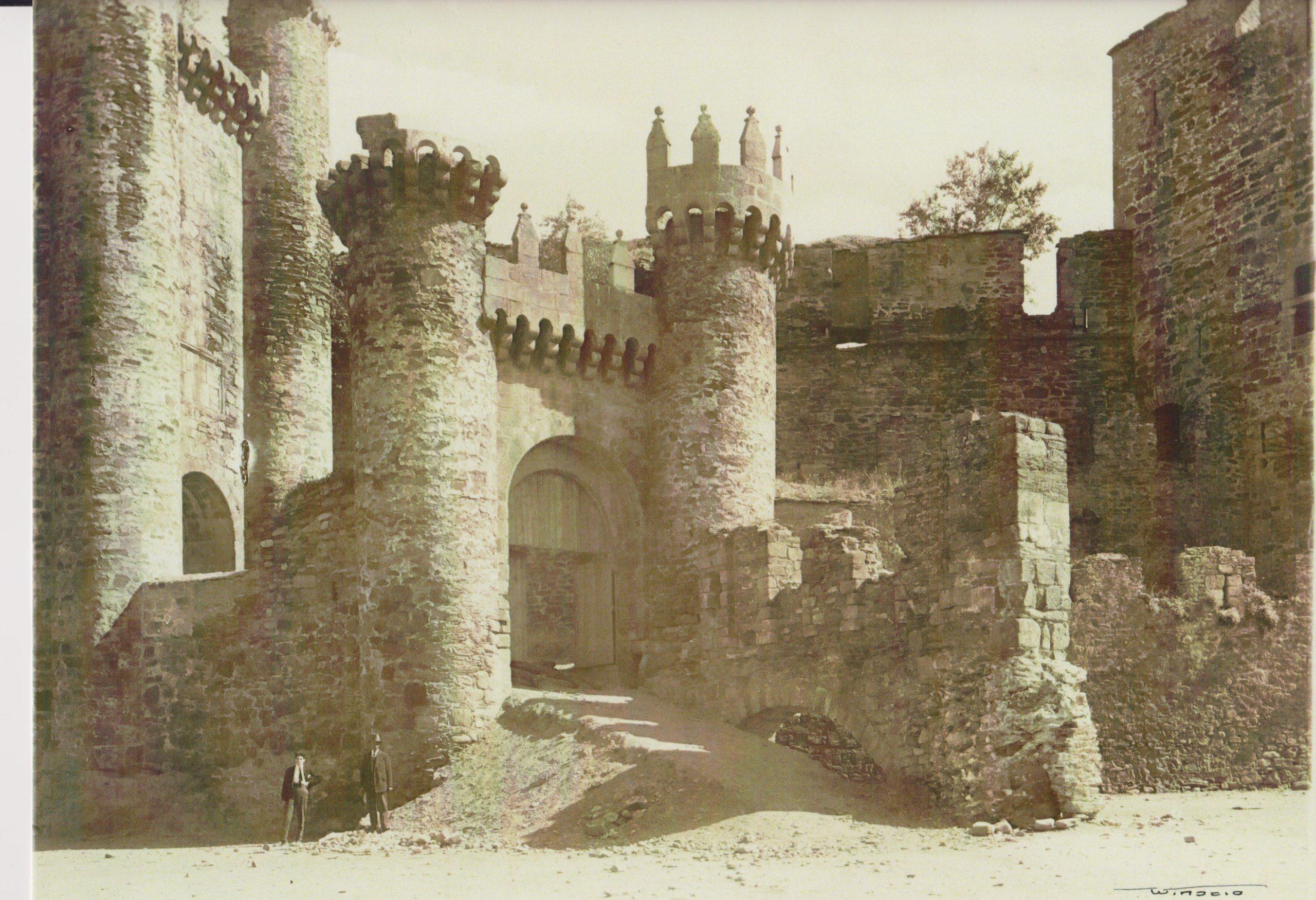 El director de los museos, y del Castillo de Ponferrada recupera una fotografía centenaria que muestra una vista muy diferente de la fortaleza 2