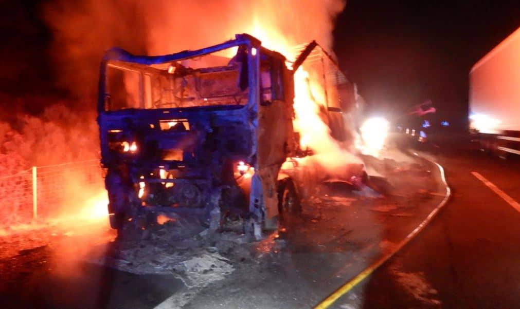 El incendio de un camión en la A6 moviliza tres autobombas de los bomberos de Ponferrada 1