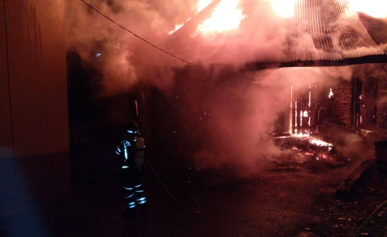 Los Bomberos de Ponferrada sofocan un incendio en una palloza de Villafeile (Balboa) 1