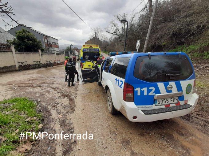 Un ciclista herido en el Pajariel, es auxiliado por la Policia Municipal de Ponferrada 1