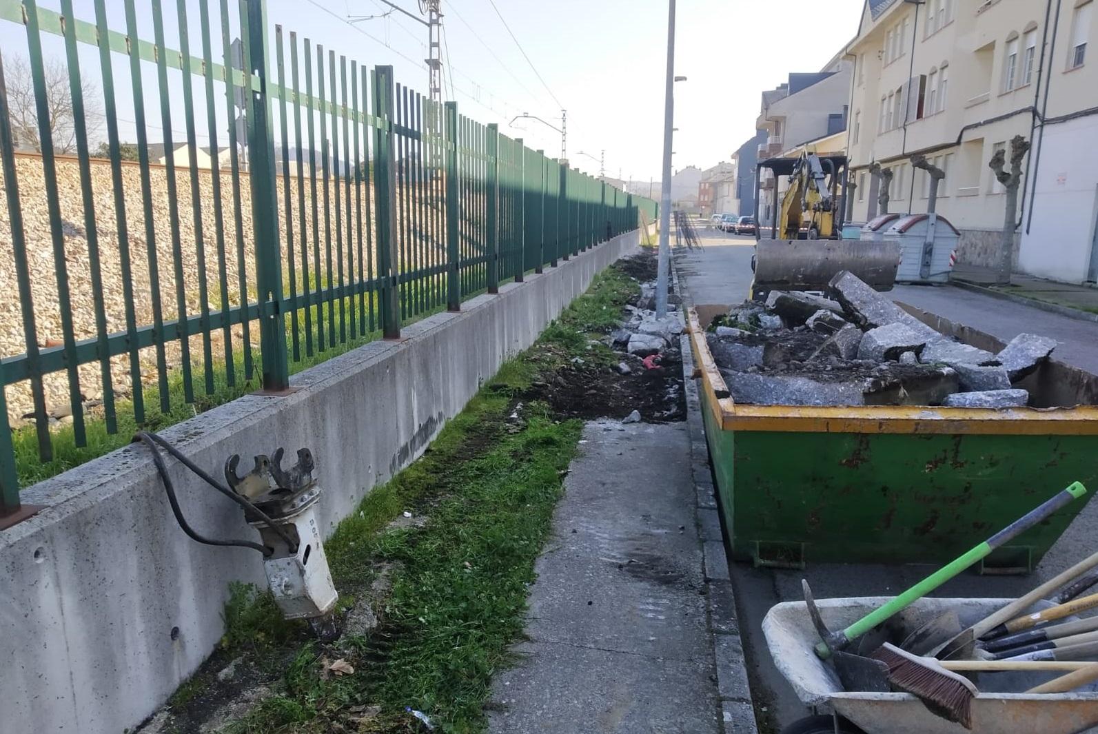 La Escuela Taller acondiciona una acera que presentaba un gran deterioro en el barrio de la Placa 1
