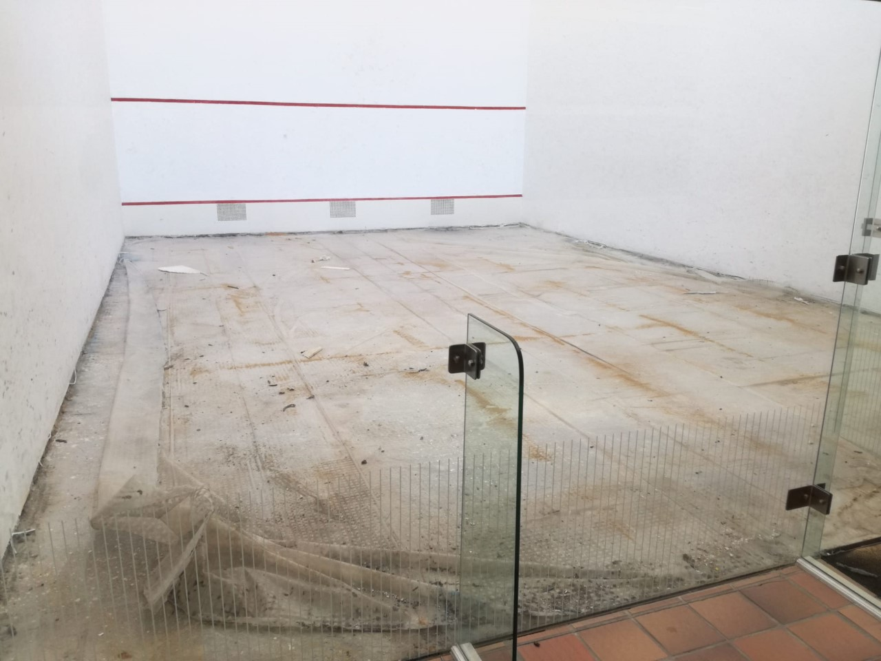 Ponferrada acondiciona las pistas de squash del complejo Lydia Valentín, que no habían recibido mantenimiento desde su puesta en funcionamiento 2