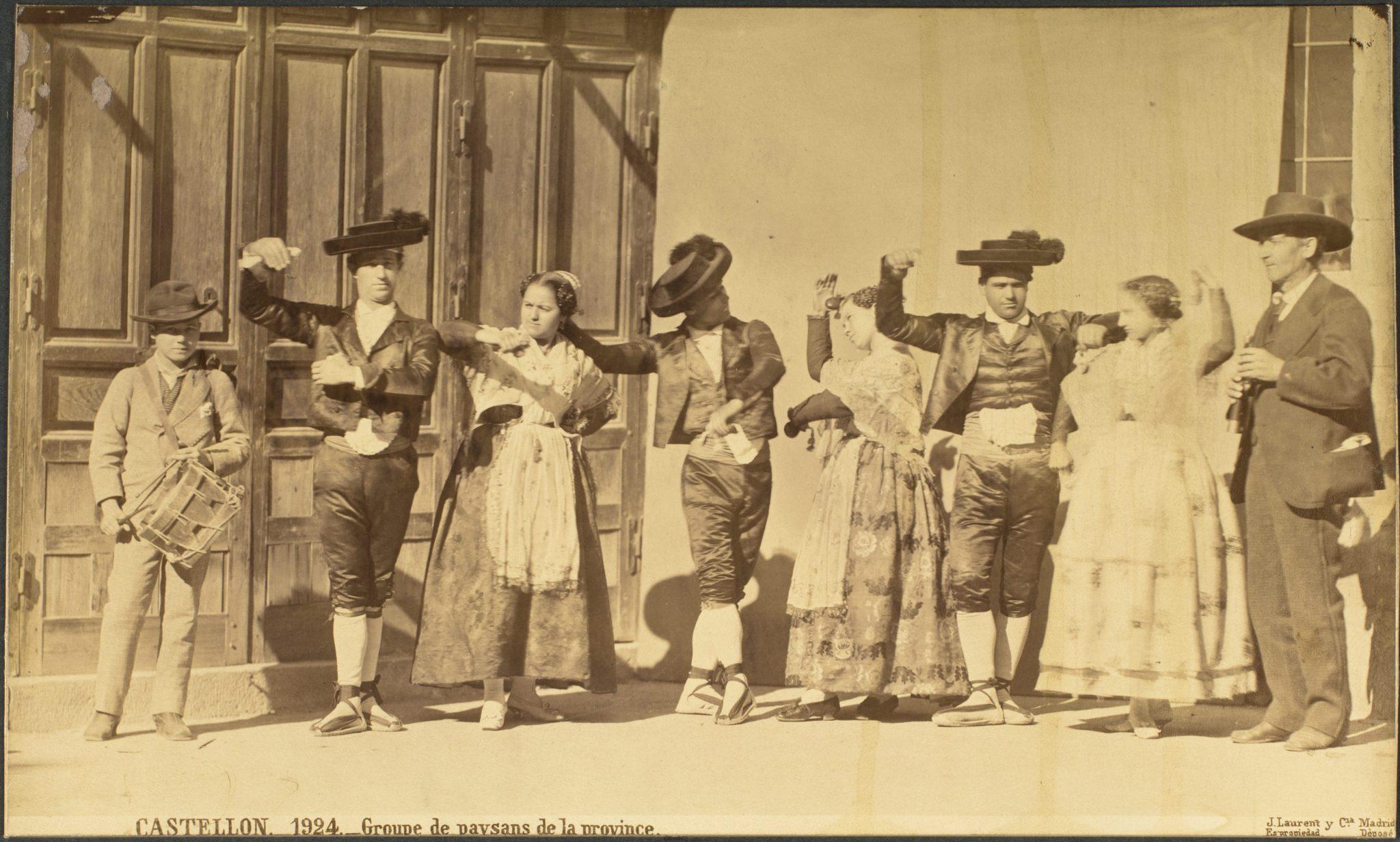 La curiosa fotografía realizada por Jean laurent a dos villafranquinos que asistieron vestidos de bercianos a la boda de Alfonso XII 3