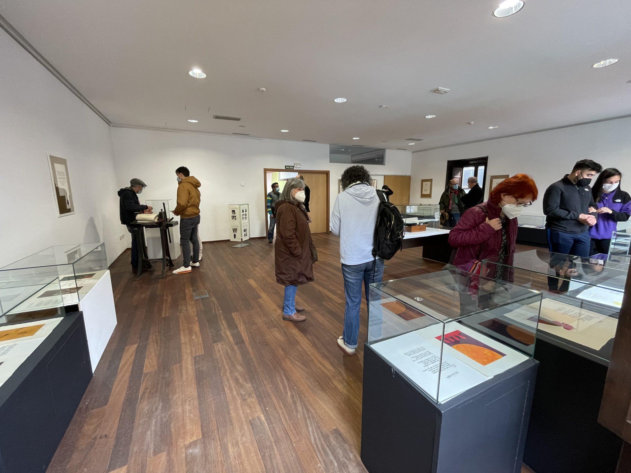 Inaugurada en el Marca de Cacabelos, la exposición 'Vademecum' del berciano Juan Manuel Santos 1