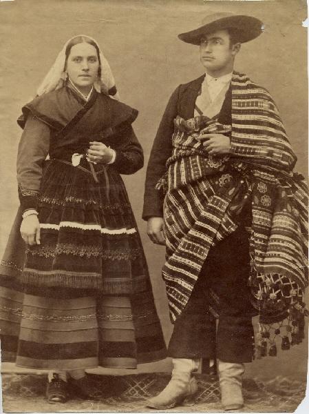 La curiosa fotografía realizada por Jean laurent a dos villafranquinos que asistieron vestidos de bercianos a la boda de Alfonso XII 2