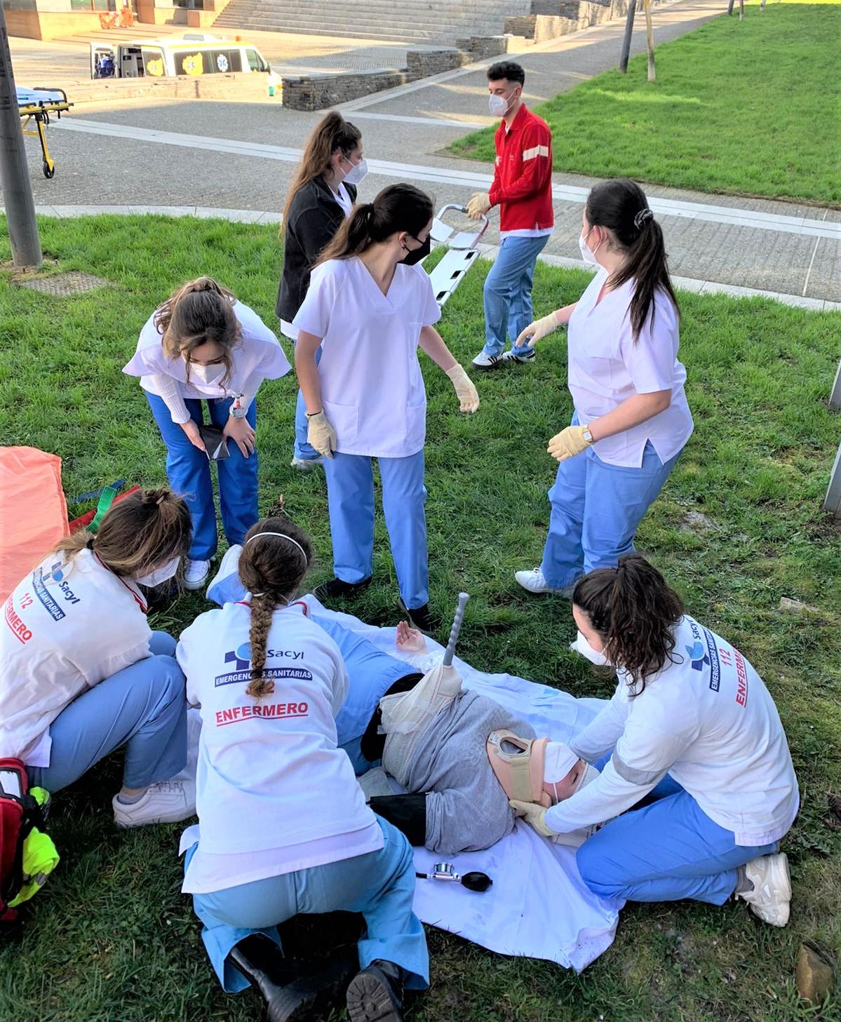 Los alumnos del Grado de Enfermería del Campus de Ponferrada realizan prácticas al aire libre 1
