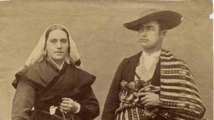 La curiosa fotografía realizada por Jean laurent a dos villafranquinos que asistieron vestidos de bercianos a la boda de Alfonso XII 1