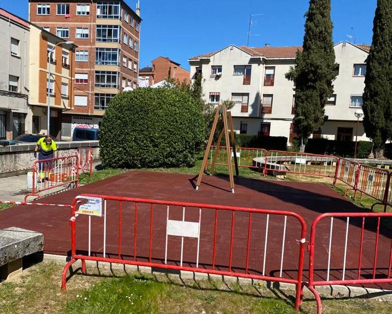 Ponferrada renueva el parque infantil de la plaza de Mallorca en Flores del Sil 1