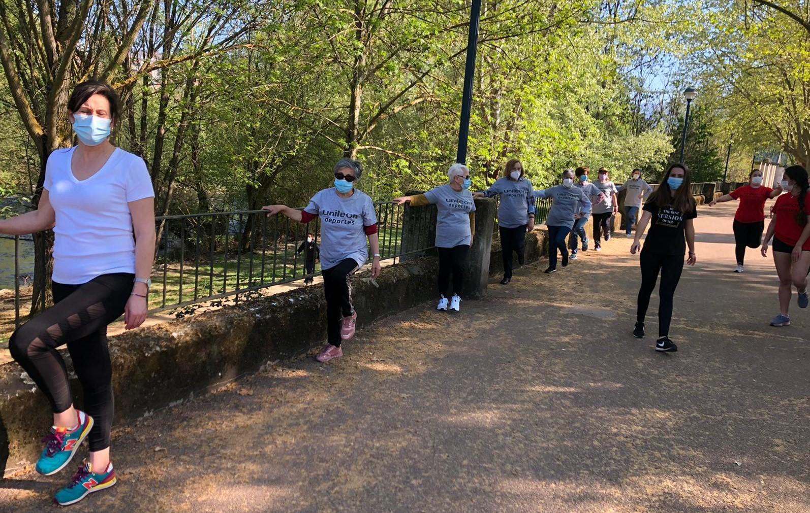 Alumnos voluntarios de fisioterapia del campus de Ponferrada organizan paseos para las personas afectadas por el confinamiento 1