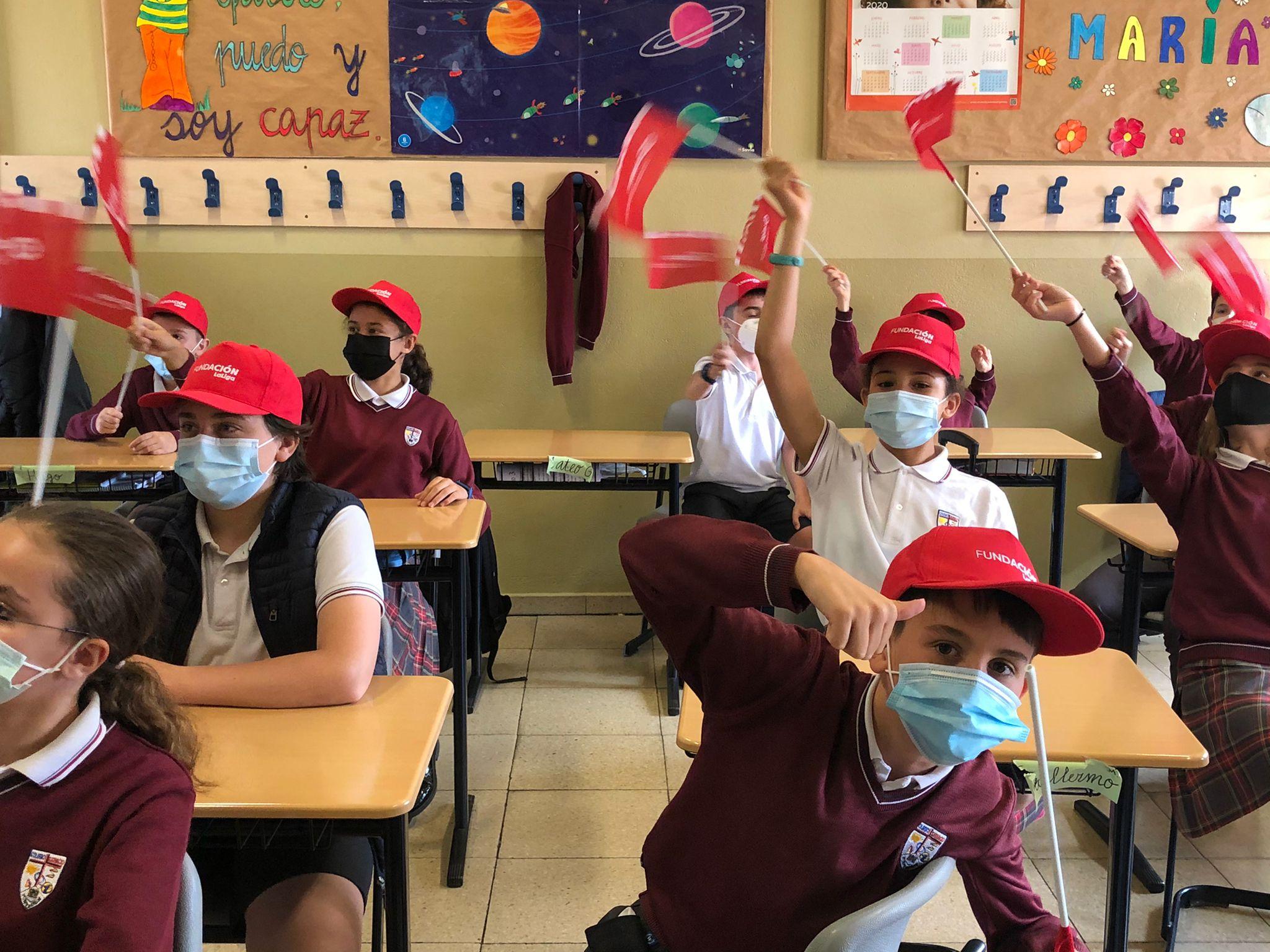 Los niños de San Ignacio participan en una charla con Ríos Reina organizada por La Liga 3