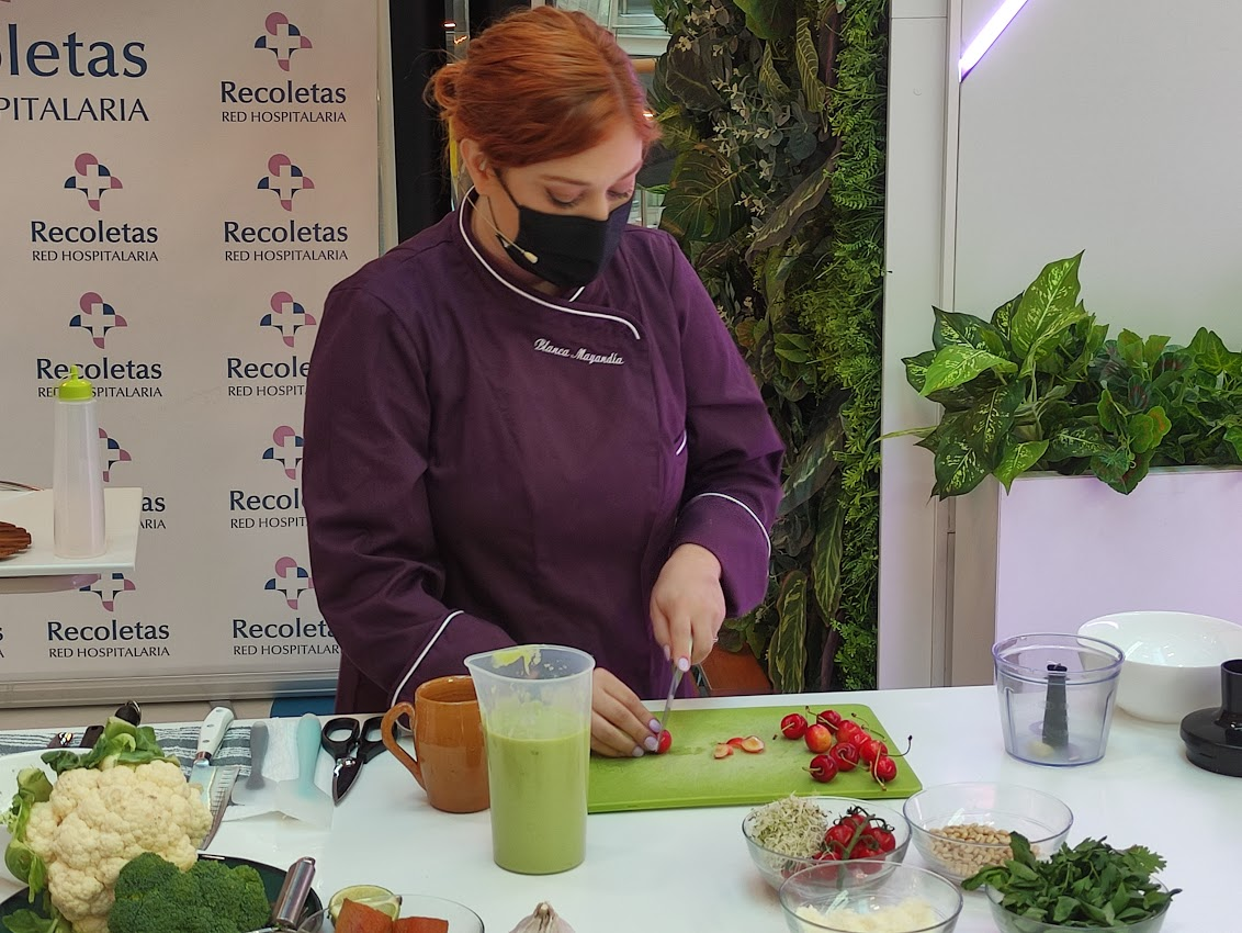 La Clínica Ponferrada inaugura su stand en El Rosal con un showcooking de la chef Blanca Mayandía 1
