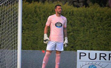 La bonita razón por la que Ian McKay, ex portero de la Ponferradina, viste esta camiseta rosa en su primer partido con el Deportivo 7