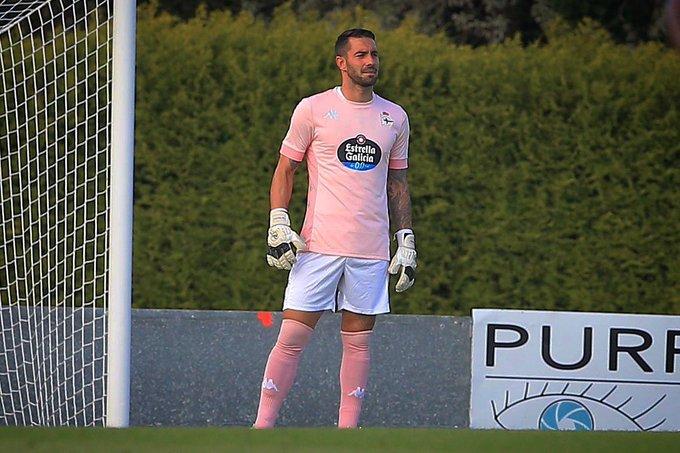La bonita razón por la que Ian McKay, ex portero de la Ponferradina, viste esta camiseta rosa en su primer partido con el Deportivo 1