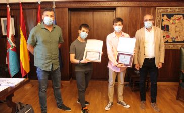 Enol García y Aaron San Juan reciben una placa conmemorativa por sus éxitos deportivos 9