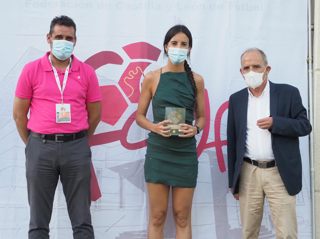 La arbitra berciana Raquel Suárez recibe el reconocimiento de la Federación de Castilla y León de fútbol por su ascenso a la Liga Iberdrola 1