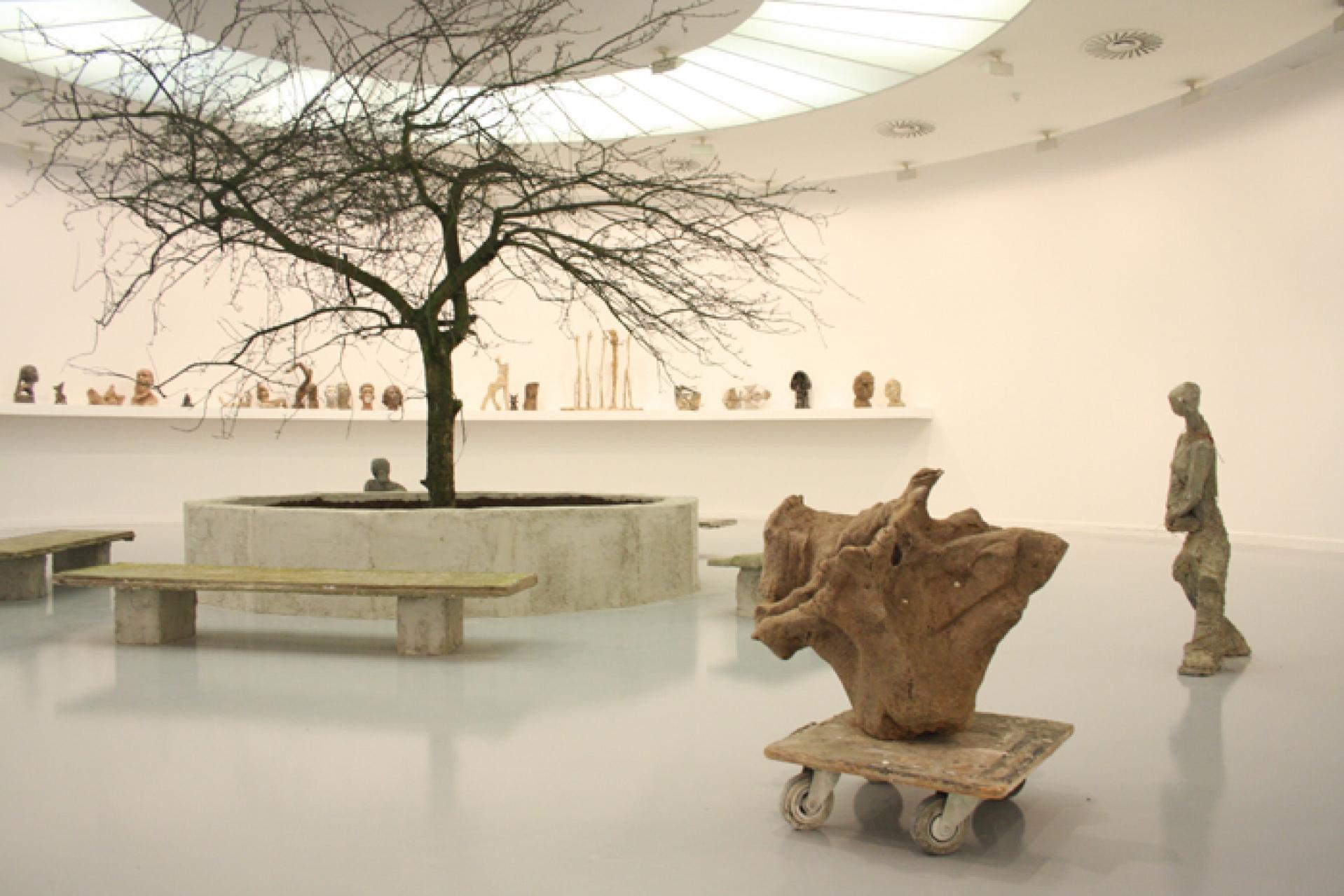 El MUSAC presenta 'IN FLUX', una exposición que trae por primera vez a España la obra de la artista Goshka Macuga 1