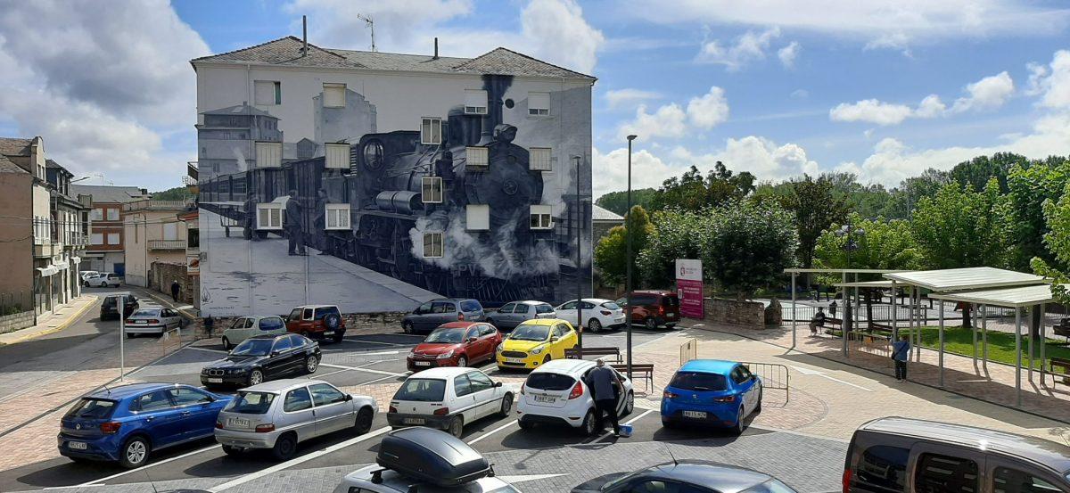 La nueva plaza de la Biblioteca de Toral de los Vados se culmina con un mural homenaje al ferrocarril en el Bierzo 1