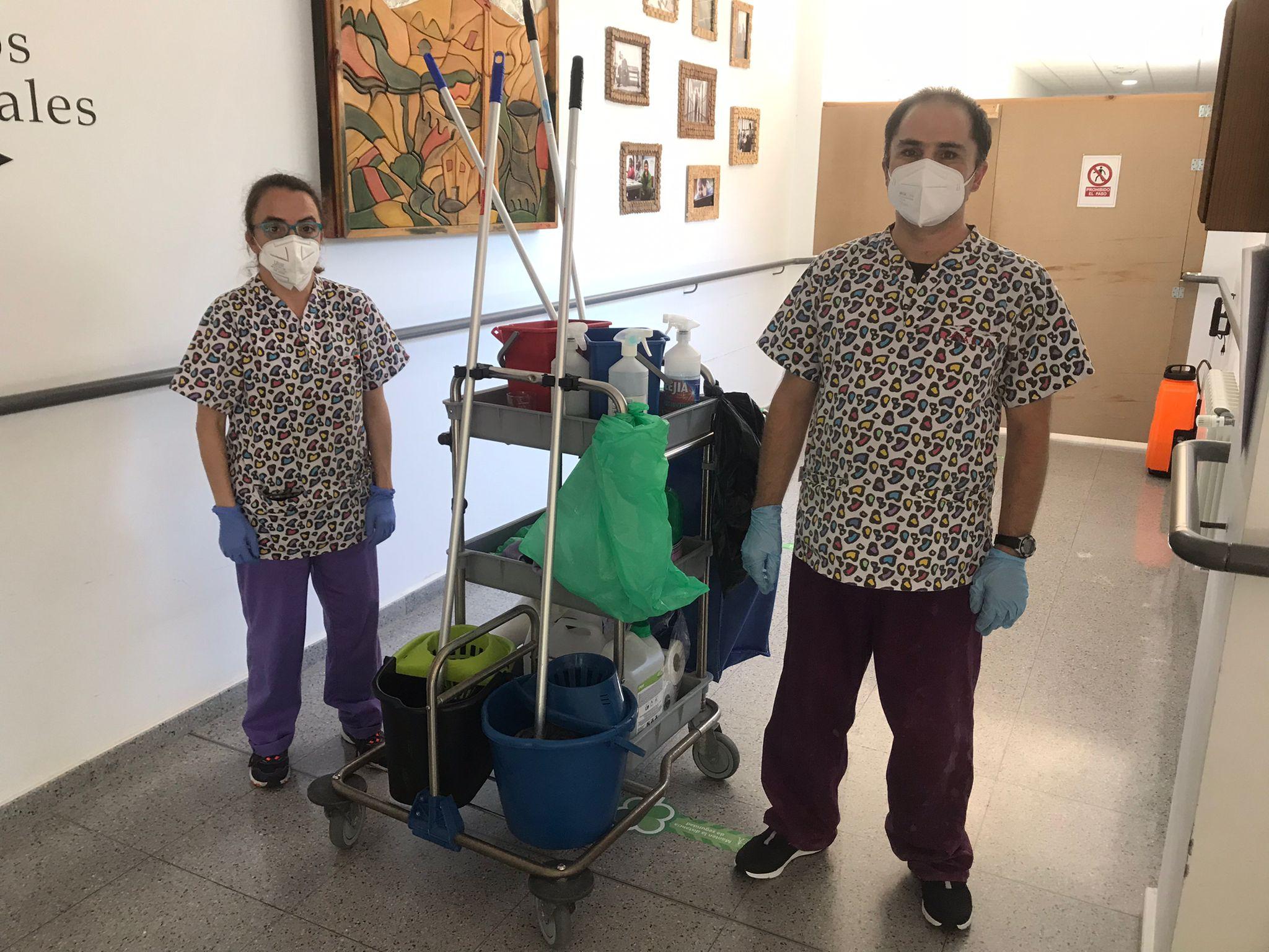 Ana Isabel y Mario, participantes de los itinerarios de inserción laboral de Asprona Bierzo firman sus nuevos contratos 1