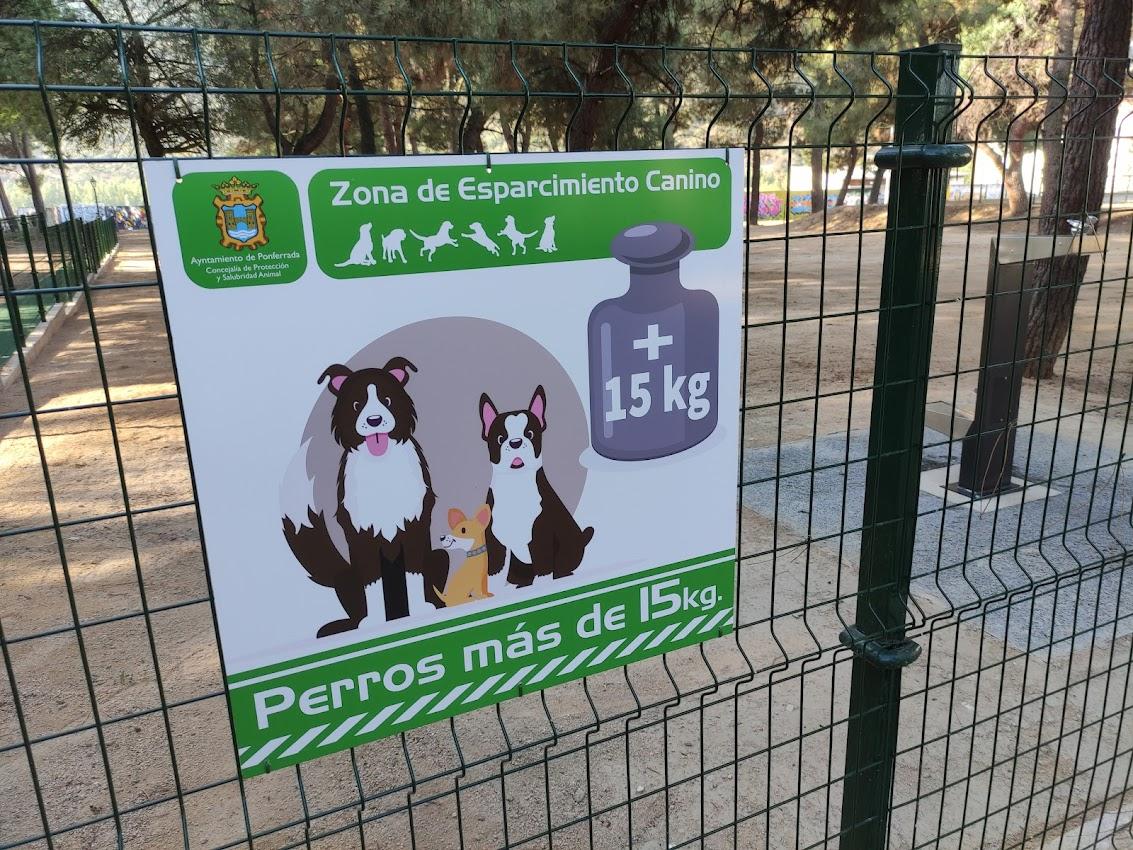 Ponferrada renueva y amplia el área de esparcimiento para perros del Parque del Temple 2