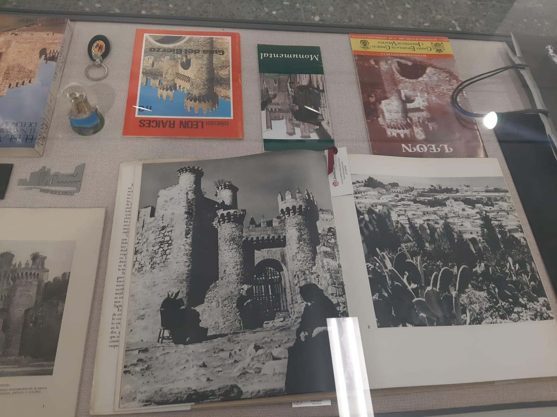 La cartelería del Castillo de los Templarios sirve como inspiración para una nueva exposición en La Biblioteca de Ponferrada 4
