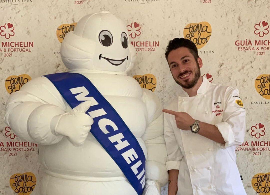 El Restaurante Mu-Na recibe junto a otros establecimientos distinguidos en la Guía Michelín, una chaquetilla a modo de distinción por su buen hacer 1