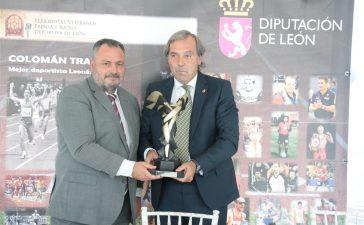 El ex atleta berciano Colomán trabado recibe un homenaje como mejor deportista leonés del Siglo XX 4