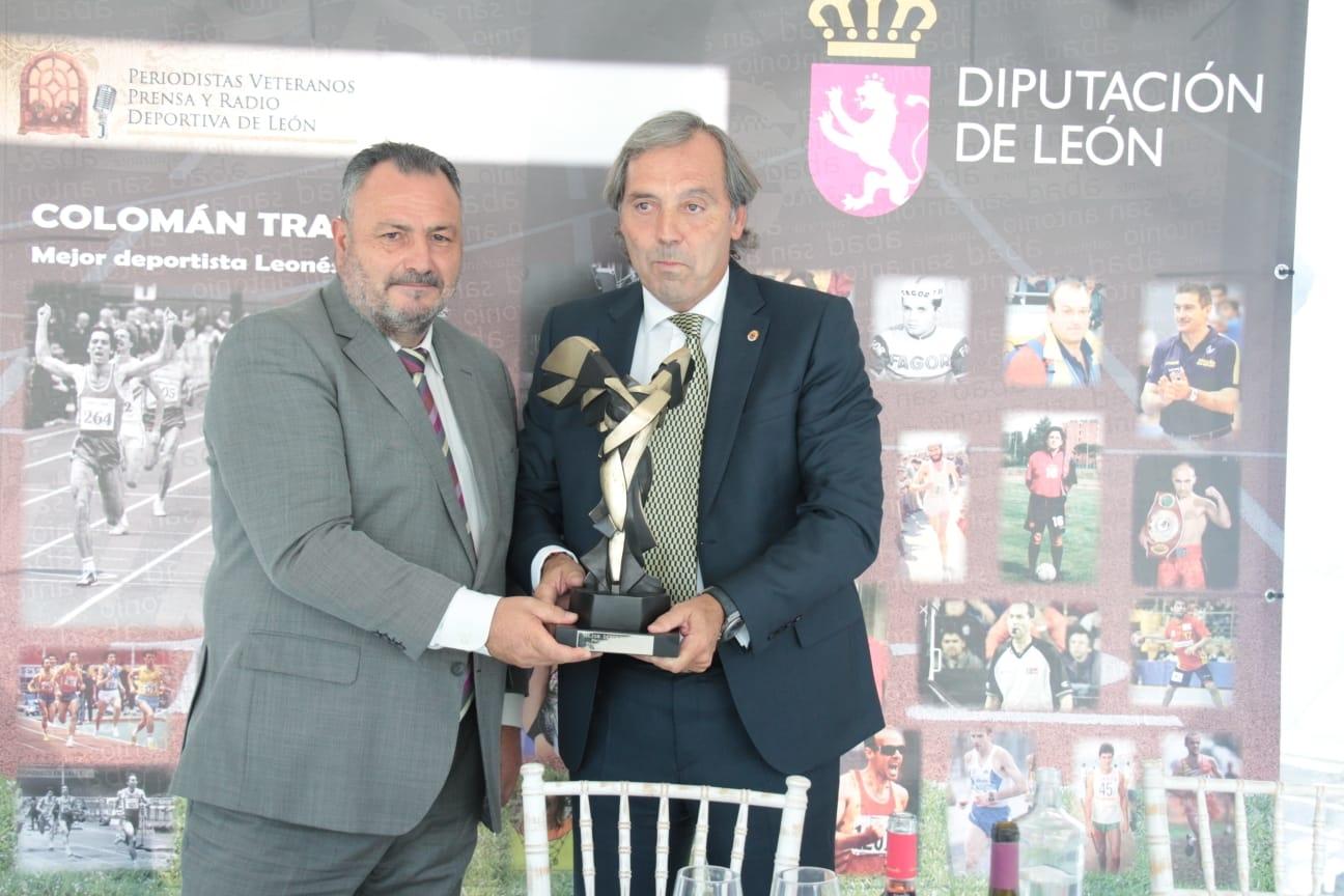 El ex atleta berciano Colomán trabado recibe un homenaje como mejor deportista leonés del Siglo XX 1